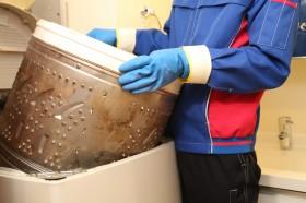 洗濯機のカバーを外し、洗濯機を分解します