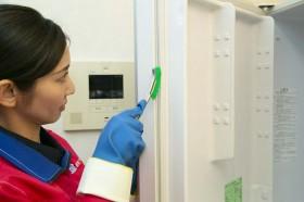 庫内を界面活性剤を含まない安心、安全な洗剤で洗浄